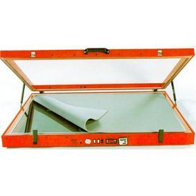 La mesa caliente en el candelero Un equipamiento interesante en un taller de restauración es la mesa caliente, se trata de una superfície de cristal con orificio de extracción en […]