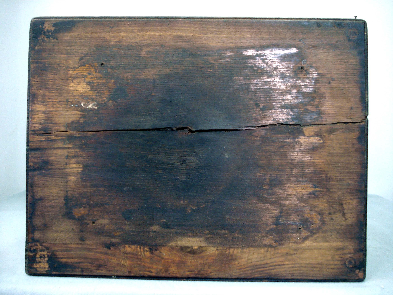 A pesar de la sencillez y la generalidad de esta obra, la restauración de esta mesita supuso un reto tanto ético como técnico debido al estado de conservación que […]
